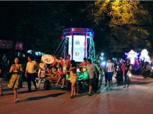 Đèn Trung thu khổng lồ khuấy động phố phường Hà Nội