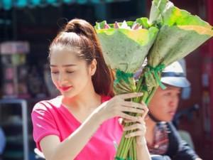 Bảo Anh xinh đẹp bán hoa sen giữa phố