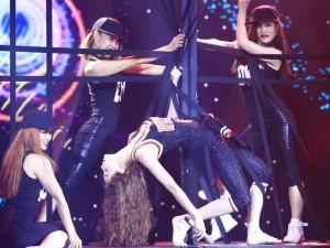 Hà Hồ bỏ giày, nhảy cực sung trên sân khấu