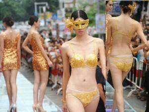 Đồ lót - đồ bơi - Lóa mắt với màn diễn nội y trên sàn catwalk vàng ròng
