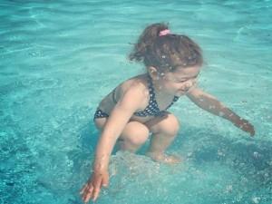 Bạn trẻ - Cuộc sống - Dân mạng tranh cãi về ảnh cô bé ở trên hay ở dưới nước