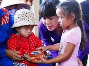 Ngôi sao điện ảnh - Việt Hương đưa con gái cùng đi làm từ thiện
