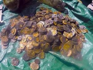Thế giới - Dọn rác dưới đáy biển, phát hiện hàng trăm đồng tiền vàng