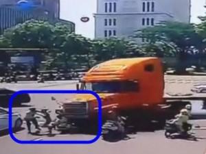 """Tin tức trong ngày - Vụ xe container """"điên"""": Tài xế trình diện, khai nguyên nhân tai nạn"""
