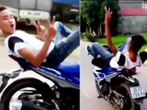 Tin tức trong ngày - Clip: Lái xe máy bằng chân, tạo dáng trước ống kính