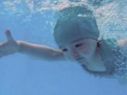 Sao ngoại-sao nội - Mới 2 tuổi, con gái Elly Trần đã bơi như vận động viên