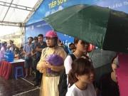 Tin tức trong ngày - Thi Vật Lý: Phụ huynh đợi con trong mưa lớn