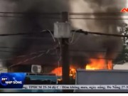 Video An ninh - Clip: Gom vàng tháo chạy trong mưa vì cháy lớn