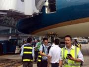 Tin tức trong ngày - Máy bay hiện đại nhất VN vỡ cửa do va ống lồng nhà ga