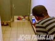"""Clip: Thanh niên làm  """" chuyện lạ """"  trong WC công cộng"""