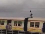 Phi thường - kỳ quặc - Ấn Độ: Liều mạng đứng trên nóc tàu hỏa né điện cao thế