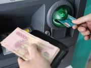 Tài chính - Bất động sản - Ngân hàng nâng hạn mức rút tiền ATM lên 5 triệu đồng