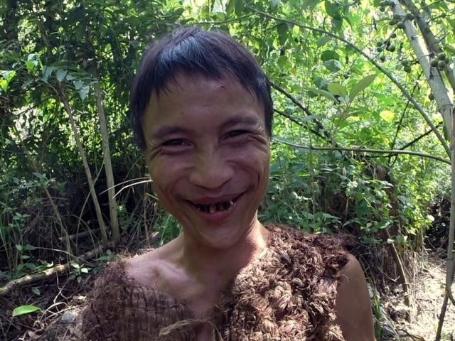 Bé 3 tuổi cưỡi trăn khổng lồ ở VN gây choáng trên báo Tây - 1