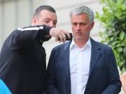 Bóng đá - Mourinho mặt lạnh chụp hình cùng fan MU
