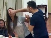 Phim - Chồng bịt miệng, đánh vợ ngay trên sóng trực tiếp