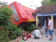 Tin tức trong ngày - Xe giường nằm tông sập nhà dân, 5 người bị thương nặng