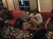 Video An ninh - Dân chơi phê ma túy, lăn lóc dưới sàn karaoke