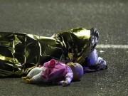 Thế giới - Pháp: Nỗi đau sau bức ảnh thi thể bé gái cạnh búp bê
