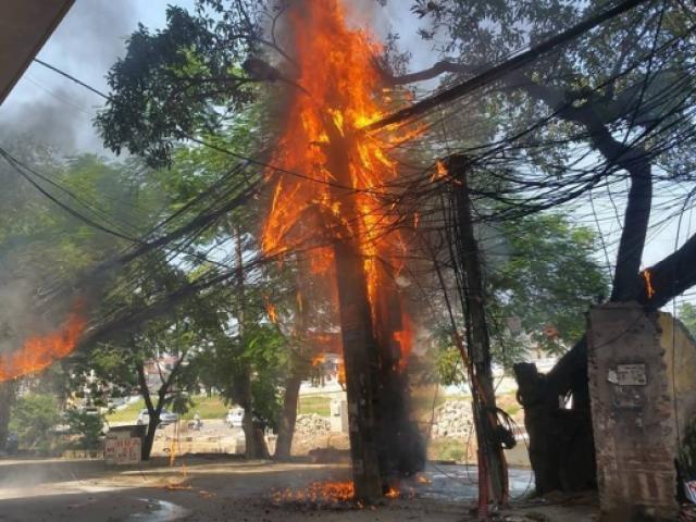 HN: Cột điện bốc cháy dữ dội trên đường Hoàng Quốc Việt