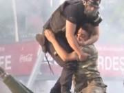 Thế giới - Xúc động lính đảo chính được cảnh sát Thổ Nhĩ Kỳ che chở