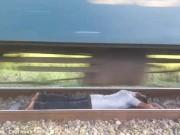 Phi thường - kỳ quặc - Video: Liều lĩnh nằm dưới đường ray để tàu chạy qua