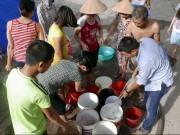 Tin tức trong ngày - Vỡ ống nước sông Đà, dân Thủ đô xách nước như thời bao cấp