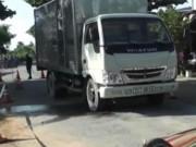 Video An ninh - Xe tải đứt phanh cán qua người vợ, chồng con thoát chết