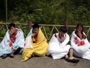 Bạn trẻ - Cuộc sống - Thanh niên TQ quấn chăn, ăn ớt giữa tiết trời 38 độ