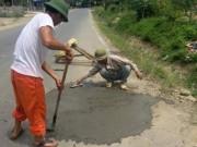 """Tin tức trong ngày - """"Tự ý vá quốc lộ, dân đã làm hỏng kết cấu đường"""""""