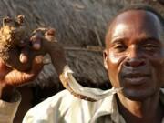 """Phi thường - kỳ quặc - Tục kỳ lạ ở Malawi: Thuê người đưa con gái """"vào đời"""""""