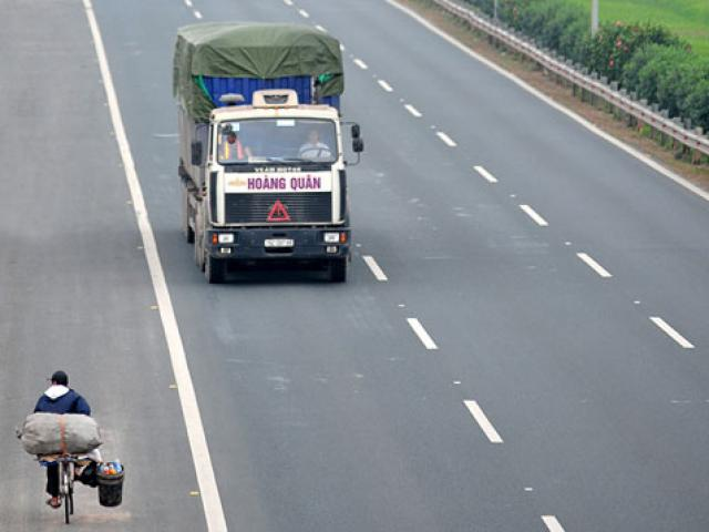 Ảnh: Rùng mình xe chạy ngược chiều trên cao tốc nghìn tỉ