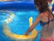 Phi thường - kỳ quặc - Video: Bé gái bạo gan bơi cùng trăn khổng lồ