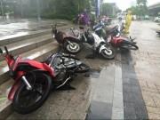 Tin tức trong ngày - Gió mạnh, mưa lớn, người dân Hà Nội vứt xe tìm chỗ trú