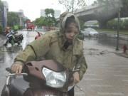 Tin tức trong ngày - Chùm ảnh: Người Hà Nội vật vã chống chọi bão số 1
