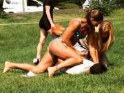 Thế giới - Nữ cảnh sát Thụy Điển mặc bikini hạ gục kẻ móc túi