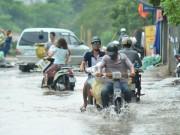 Tin tức trong ngày - Một ngày sau bão số 1, người Thủ đô vẫn bì bõm lội phố