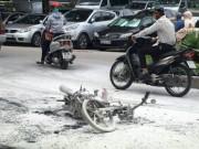HN: Xe máy cháy rụi sau khi va chạm với taxi