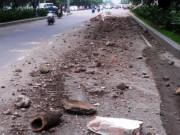 Tin tức trong ngày - Đất, đá vụn vương vãi cửa ngõ sân bay Tân Sơn Nhất