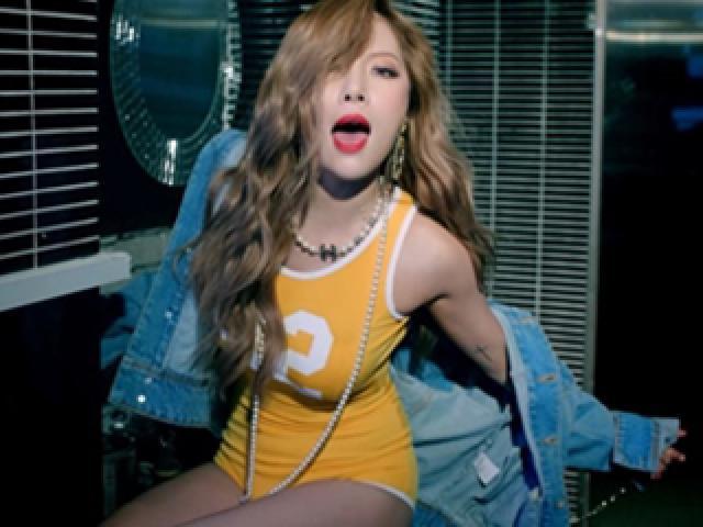Nữ ca sĩ sexy nhất xứ Hàn gây tranh cãi với động tác quá gợi cảm trên sân khấu - 10