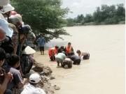 Tin tức trong ngày - Bơi thúng qua sông, 2 mẹ con chết đuối thương tâm