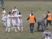 Bóng đá - Sốc: Bị tấn công, cầu thủ đá gục fan ngay trên sân