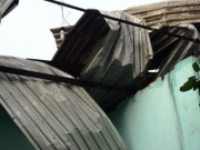 Tin tức trong ngày - TP.HCM: Dông lốc dữ dội, nhiều nhà dân bị tốc mái