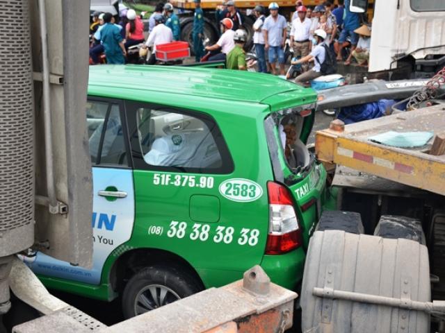HN: Ô tô bán tải mất lái, tông hàng loạt phương tiện dừng chờ đèn đỏ - 3