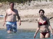 Cựu thủ tướng Anh tắm biển, lộ cơ thể đẫy đà sau Brexit