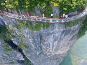 Du lịch - TQ: Rợn người cầu kính vắt vẻo quanh núi cao 1.400m