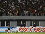 """Bóng đá - Sốc cảnh cầu thủ Myanmar quỳ gối van xin CĐV ngừng """"nổi loạn"""""""