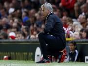 Bóng đá - Hy hữu: Mourinho phải ngồi ghế nhựa chỉ đạo MU