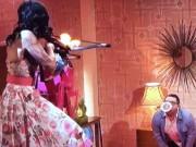 Phim - Hết hồn tai nạn vợ bắn tên vào cổ chồng trên truyền hình
