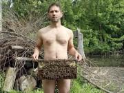 Phi thường - kỳ quặc - Video: Chàng trai khỏa thân chơi đùa với ong