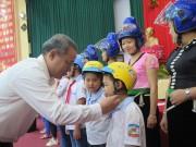 Honda Việt Nam trao tặng 1.000 mũ bảo hiểm cho trẻ em và người dân Sơn La